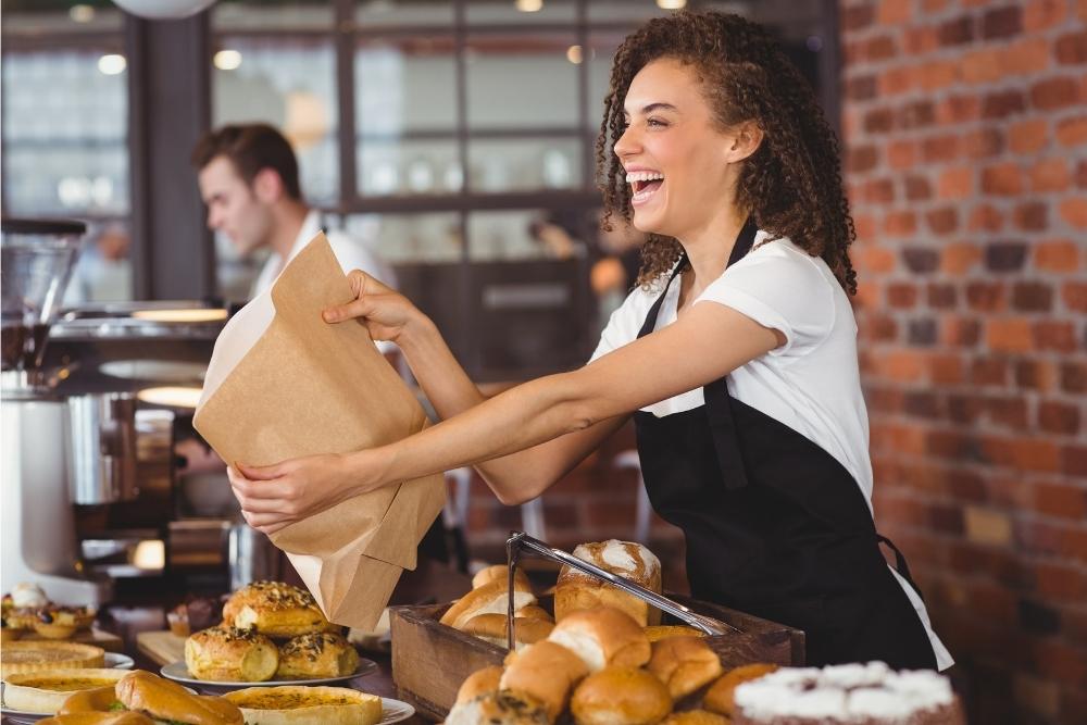 uśmiechnięta pracownica obsługi w restauracji