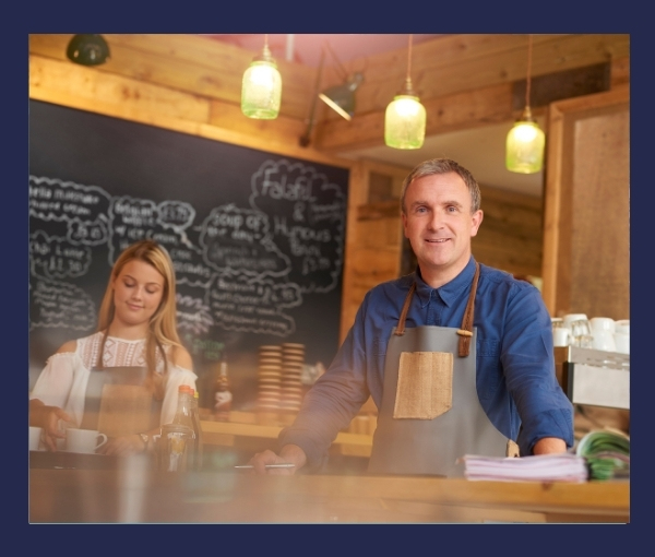 wnętrze kawiarni dwoje kelnerów przy kawę