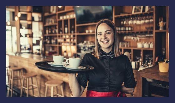 kelnerka w kawiarni trzymająca tacę